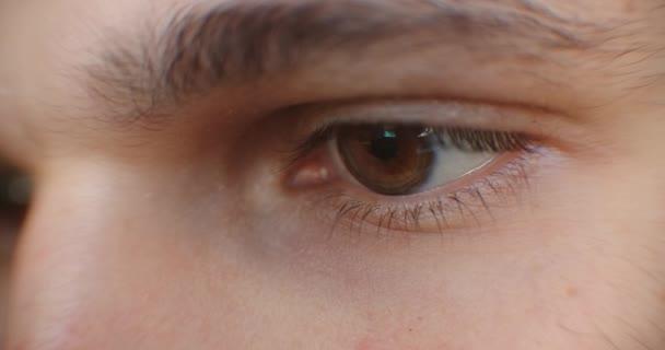 Mi okozza a nyomást a szem mögött?