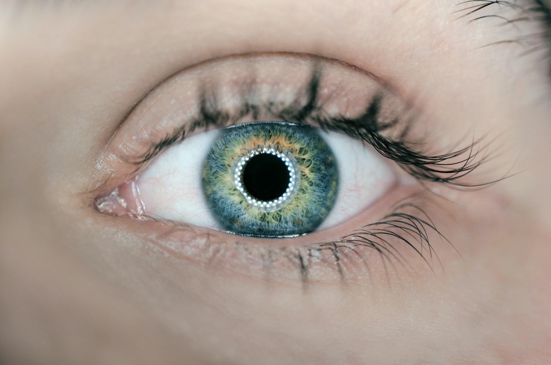 egy barna szemű nő normális látással rendelkezik átkozza a rövidlátást